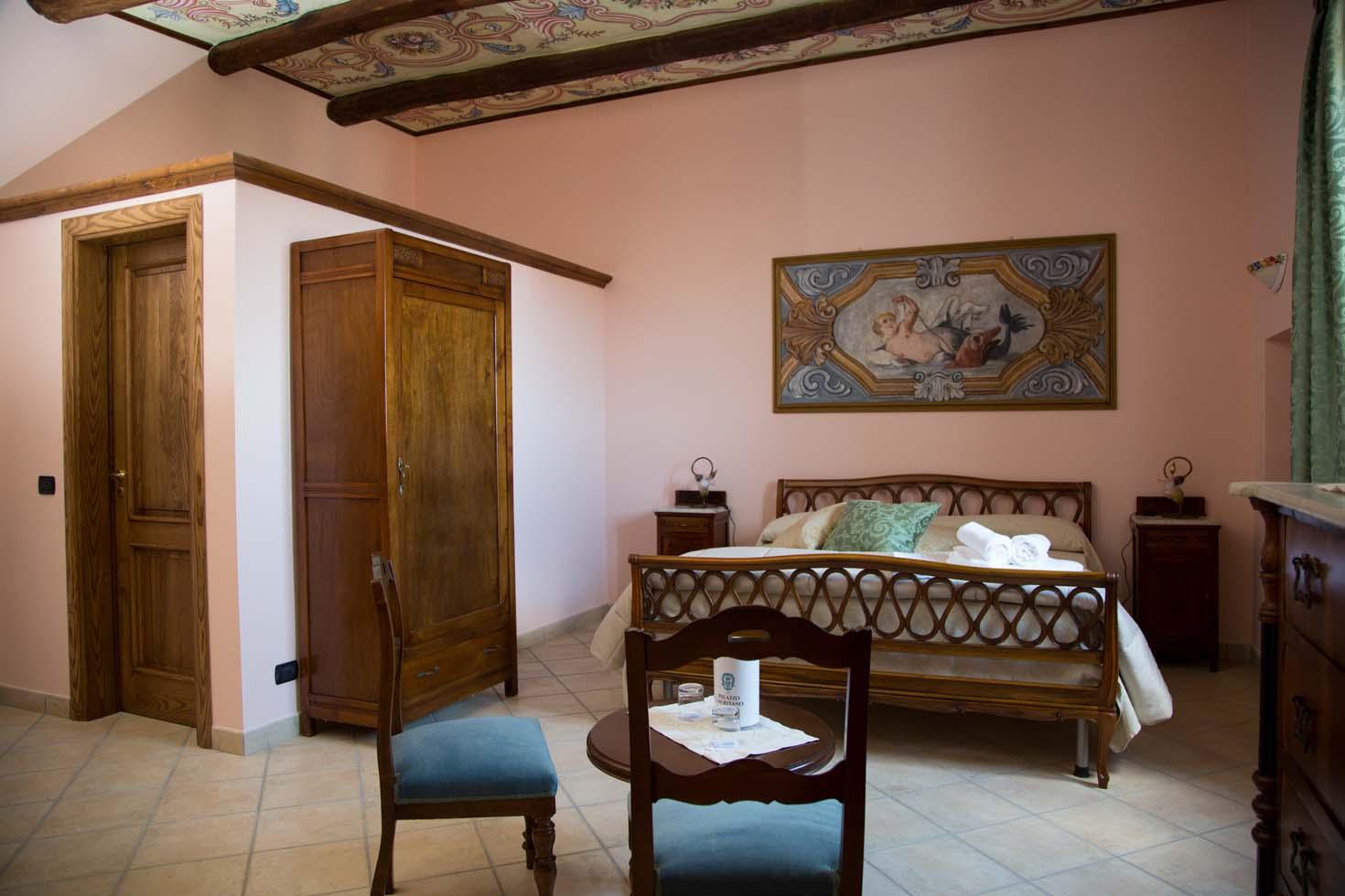 Elegante camera vista mare junior suite doppia o tripla for Mobilia caserta